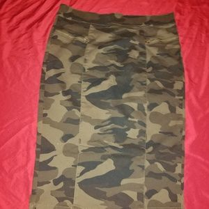 Woman Green Camouflage Pencil Style Skirt. Size L.